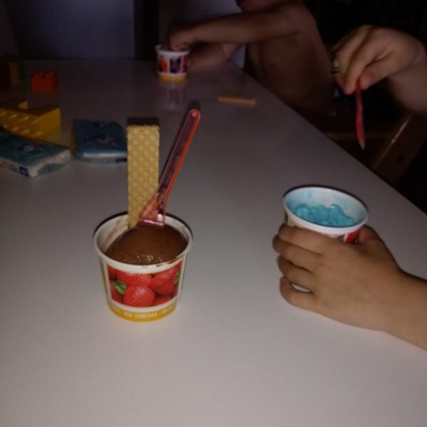 Eis essen während die Bolognese köchelt