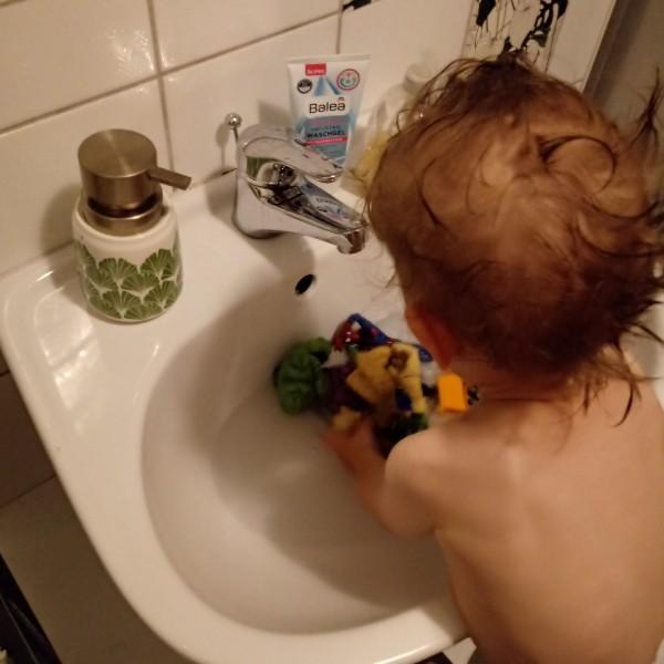 Hände und Figuren waschen