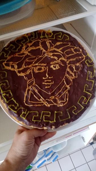 Kuchen mit Versace Logo aus Zuckerschrift