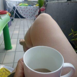 Kaffee auf dem Balkon genießen